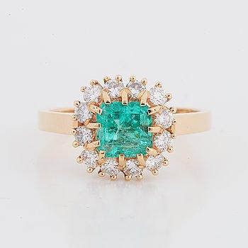 Ring, med smaragd 1.10 ct samt briljantslipade diamanter tot 0.48 ct, Evert Lindberg, Göteborg, 1997.