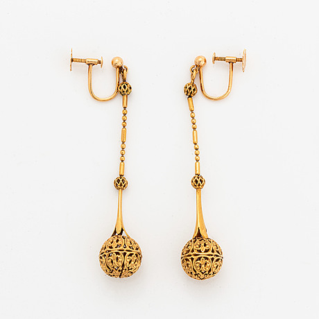 Ett par örhängen, guld.