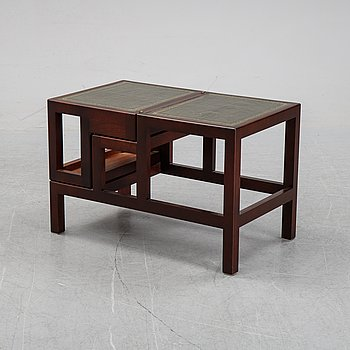 An English mohogany library step or ladder and table. Second half of the 20th century.