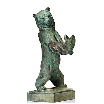 547. Jussi Mäntynen, Standing bear with a fish.