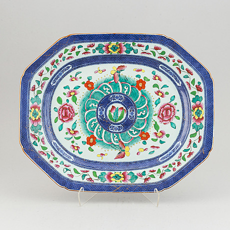 A blue and white and clobbered export porcelain serving dish, qing dynasty, 19th century.