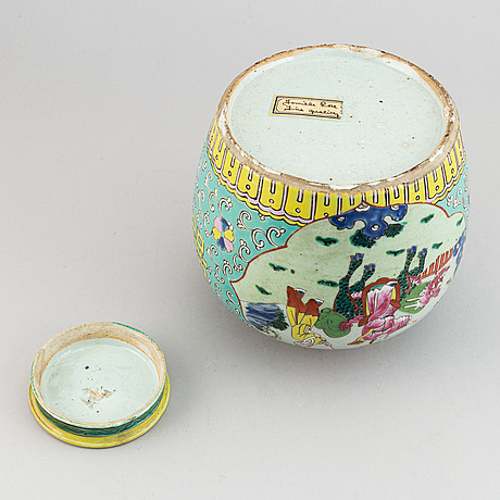 A famille rose jar with cover, qing dynasty, early 20th century.