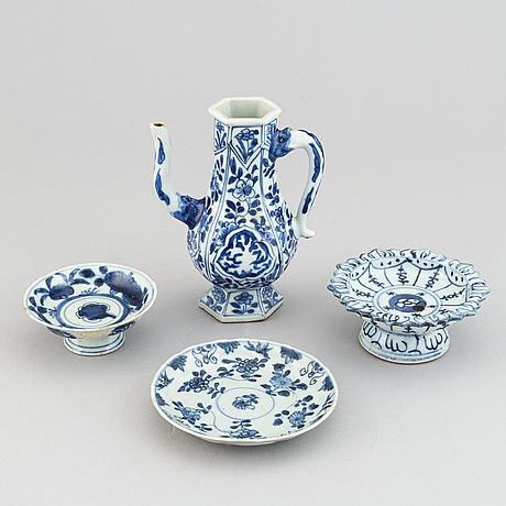 A group of four blue and white porcelain objects, qing dynasty. 18-19th century.