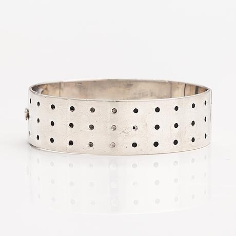 Kirsti ilvessalo, a silver and enamel bracelet. kalevala koru, helsinki 1956.