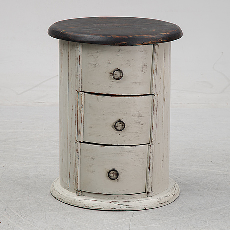 A painted chest of drawers, lte 20th century.