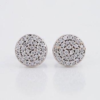 Örhängen, ett par, runda, vitguld och diamanter.