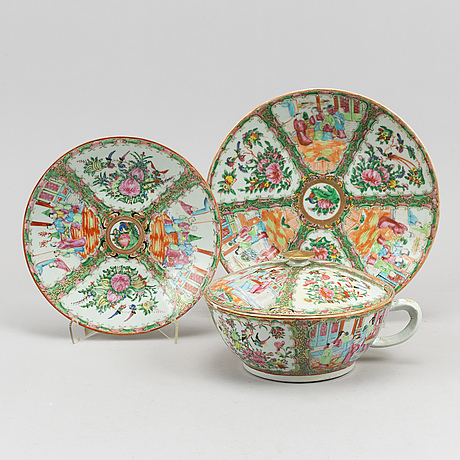 A group of three canton porcelain objects, qing dynasty, late 19th century.
