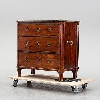 A late Gustavian mahogany chest of drawers, early 19th Century.