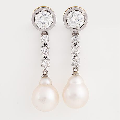 Örhängen med briljantslipade diamanter och pärlor.