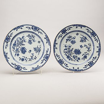 A pair of Chinese Qianlong porcelain plates.