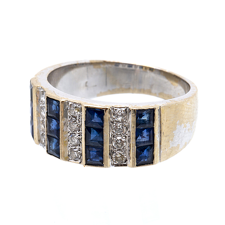 Ring 18k whitegold sapphires and brilliant-cut diamonds approx 0,30 ct in total.