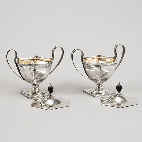 A pair of silver bowls with lid, marks of william hutton & sons ltd, sheffield 1911 and martin lysell, trelleborg 1923.