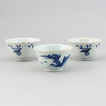 Koppar, tre stycken, porslin. Qingdynastin, 1700-tal.