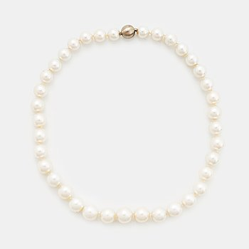 407. A cultured South Sea pearl necklace.
