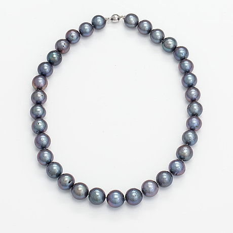 A pearl collier with cultured pearls and an 18k white gold clasp.