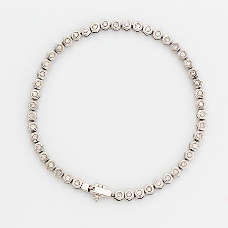 Brilliant-cut diamond tennis bracelet.