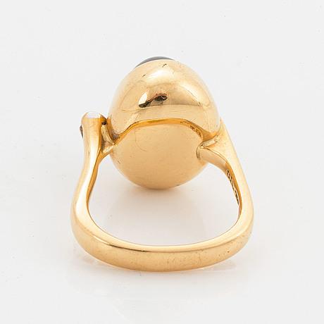 Ole lynggaard , ring 18k guld med hematit och briljantslipad diamant.