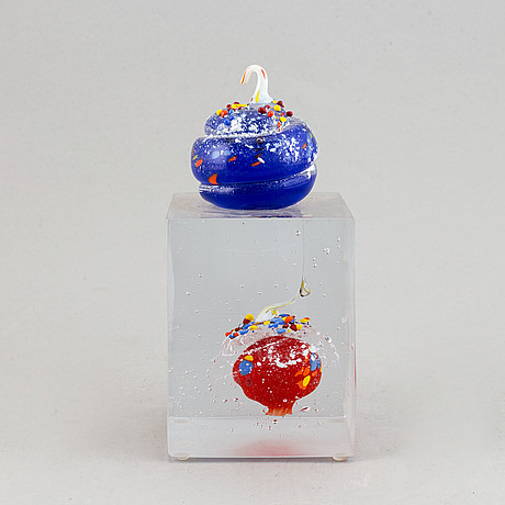 A glass sculpture by ardy strüwer, signed and dated 2001.