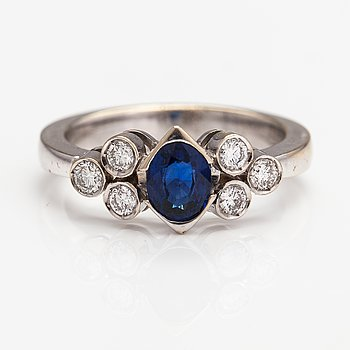 An 18K white gold ring with a sapphire and diamonds ca. 0.48 ct in total. Import marked Royal Diamonds, Helsinki.