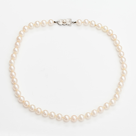 A pealr collier with cultured pearls and a metal clasp.