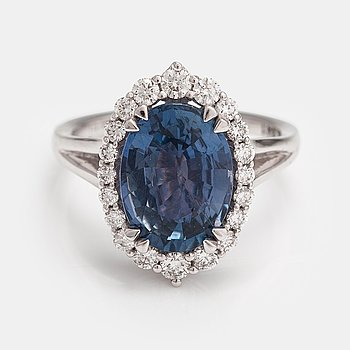 A 14K white gold ring with a sapphire ca. 5.10 ct and diamonds ca. 0.50 ct in total.