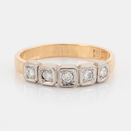 18k gold and brilliant-cut diamond ring.