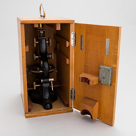 Ernst leitz wetzlar, a microscope with a box.