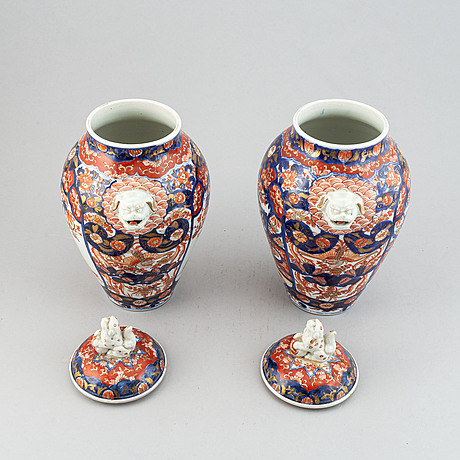 A pair of imari vases with covers, japan, meiji period (1868-1912).