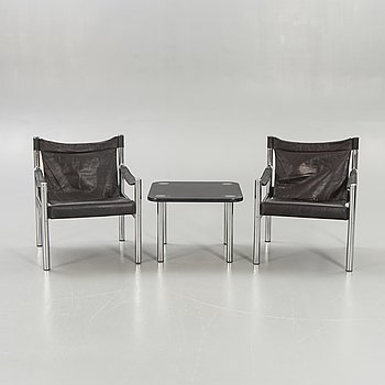 Armchairs, a pair, so-called safari model, table, Johanson Design, second half of the 20th century.