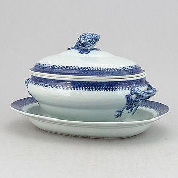 A blue and white tureen with cover and stand, Qing dynasty, 19th Century.
