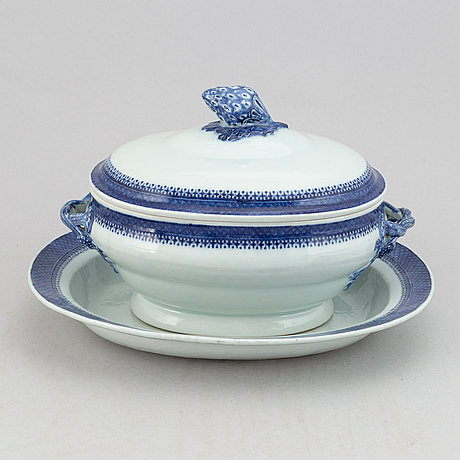 Terrin med lock och fat, porslin.  qingdynastin, 1800-tal.