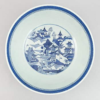A large blue and white bowl, Qing dynasty, late 19th Century.