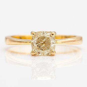 Ring, 18K guld, cushionslipad diamant ca. 1.02 ct. Med GIA certifikat.