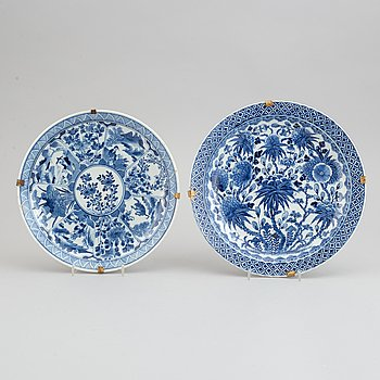 Two blue and white decorated plates, Qing dynasty, late 19th century.