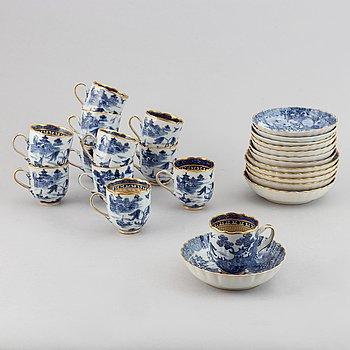 12 koppar med 13 fat, kompaniporslin. Qingdynastin, Qianlong (1736-95).