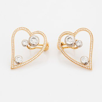 WA Bolin ett par örhängen 18K guld och vitguld med runda briljantslipade diamanter.