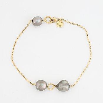 18K gold and Tahiti pearl bracelet.