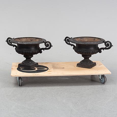 A pair of cast iron garden urns, 20/21th century.