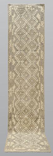 Gallerimatta, kelim, ca 386 x 85 cm.