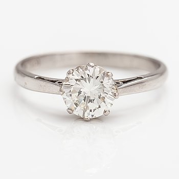 A platinum ring with a diamond ca. 1.05 ct. With certificate.