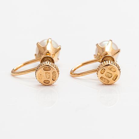 A ring and a pari of earrings made of 14k gold and cultured pearls. hugo grün, helsinki 1963 ja elis kauppi, turku 1965.