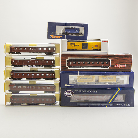 10 model train wagons.