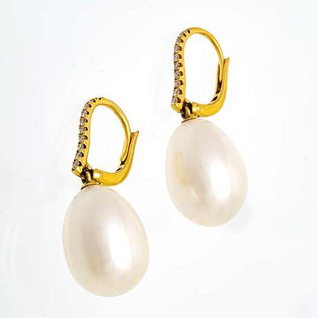 Earrings 18k gold 2 cultured pearls approx 11 mm and brilliant-cut diamonds, height approx 2,5 cm.