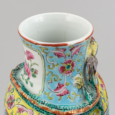A pair of famille rose canton porcelain vases with covers, qing dynasty, late 19th century.