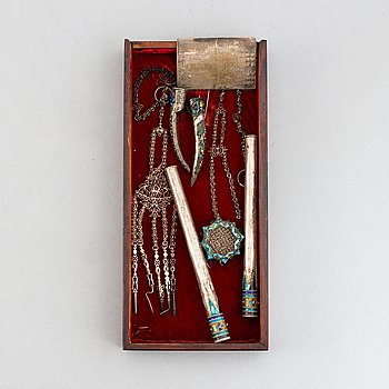 A box with nail covers, cigarett holders, a card, a pendant and some tools, China, circa 1900.