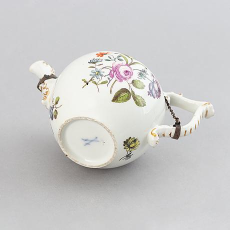 A handpainted tea pot from meissen, 19th century.