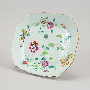 A famille rose export porcelain serving dish, Qing dynasty, Qianlong (1736-95).