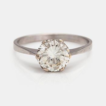 An 18K white gold ring with a ca. 2.25 ct brilliant cut diamond according to certificate.
