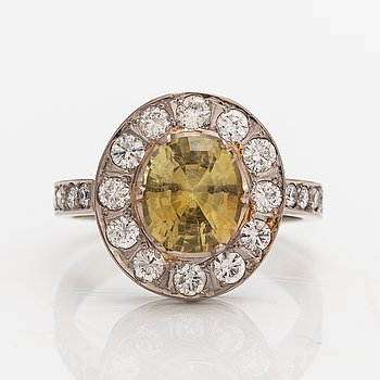 A 14K white gold ring with a chrysoberyl ca. 3.00 ct and diamonds ca. 0.80 ct in total according to certificate.