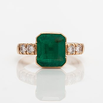 A 14K gold ring with a ca. 2.87 ct emerald and diamonds ca. 0.40 ct in total. Windy & Pojat, Vantaa 1995.
